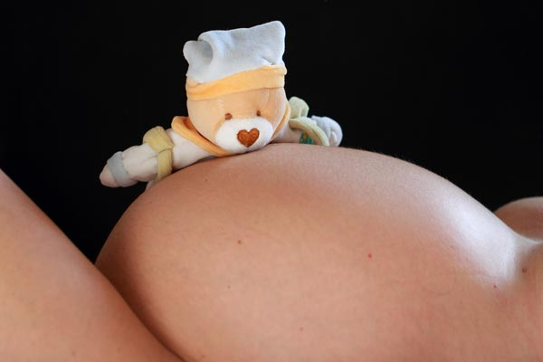Utiliser une jolie photo de femme enceinte pour annoncer sa grossesse à son conjoint