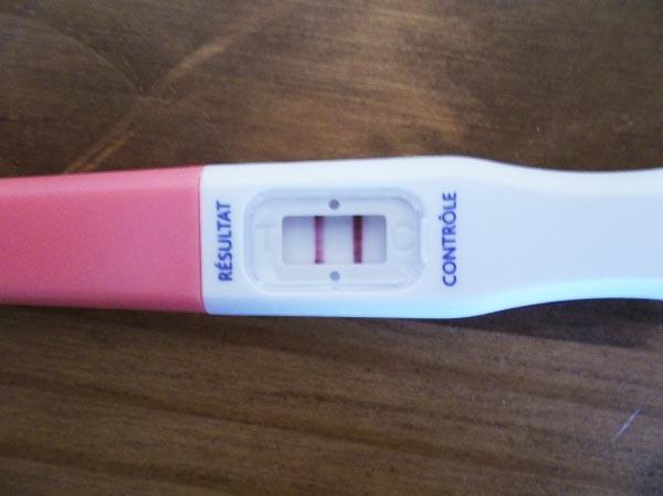 Annoncer sa grossesse avec une photo de son test de grossesse