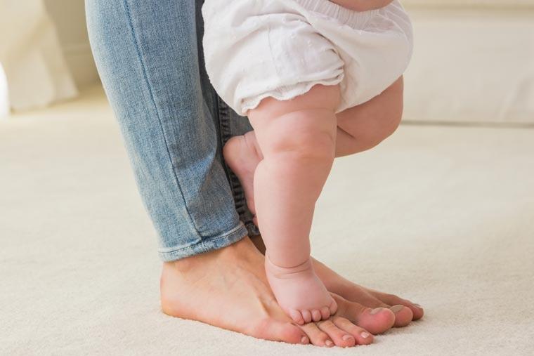 Partagez les premiers pas de bébé avec vos proches en toute sécurité