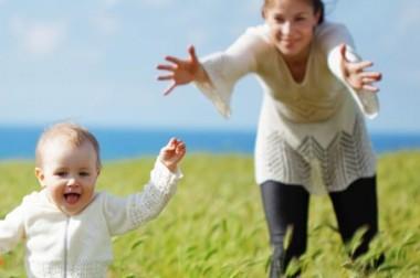 Bébé marche ? Partagez les photos de ses premiers pas avec vos proches