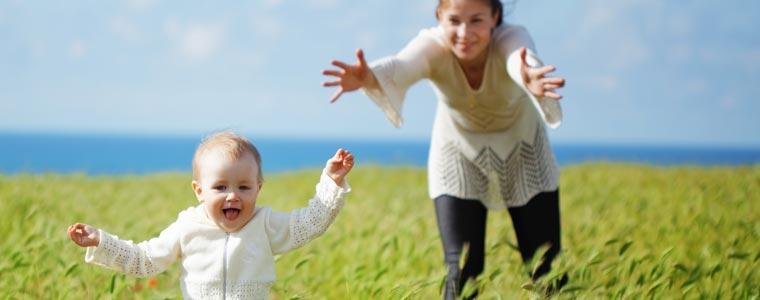 Partagez les premières photos de votre bébé qui marche avec vos proches