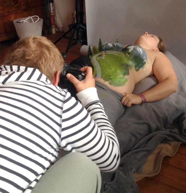 Peinture de grossesse, un papa s'amuse avec le ventre de son épouse